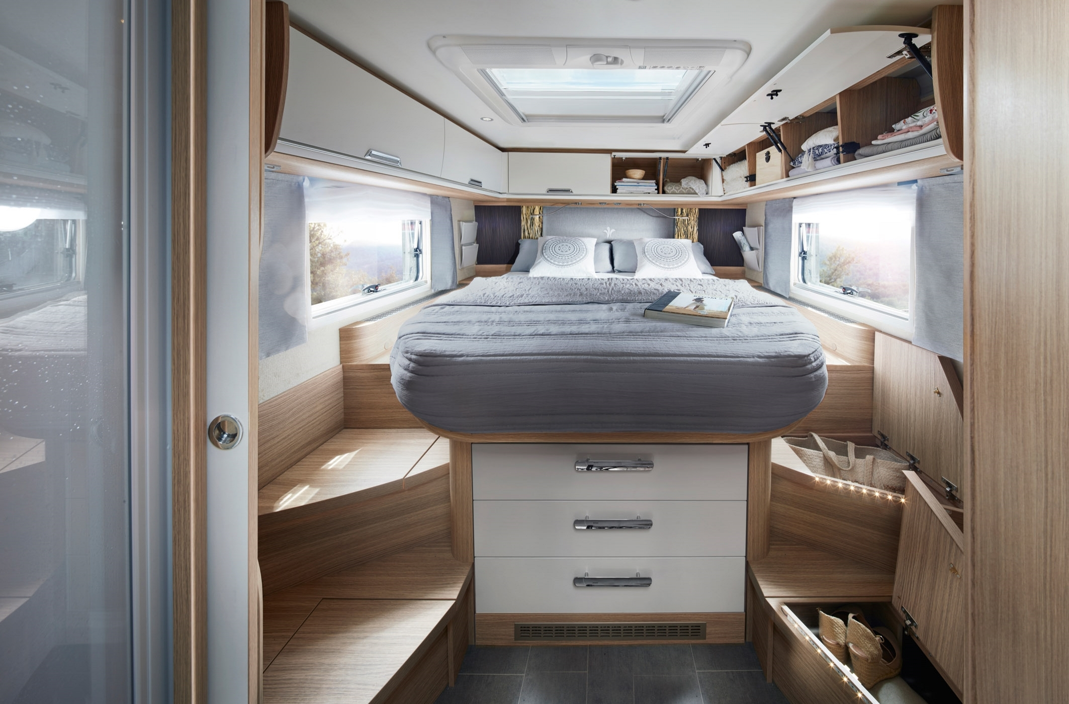 NIESMANN+BISCHOFF - Arto 88 LF - Large island bed meets spacious luxury bath