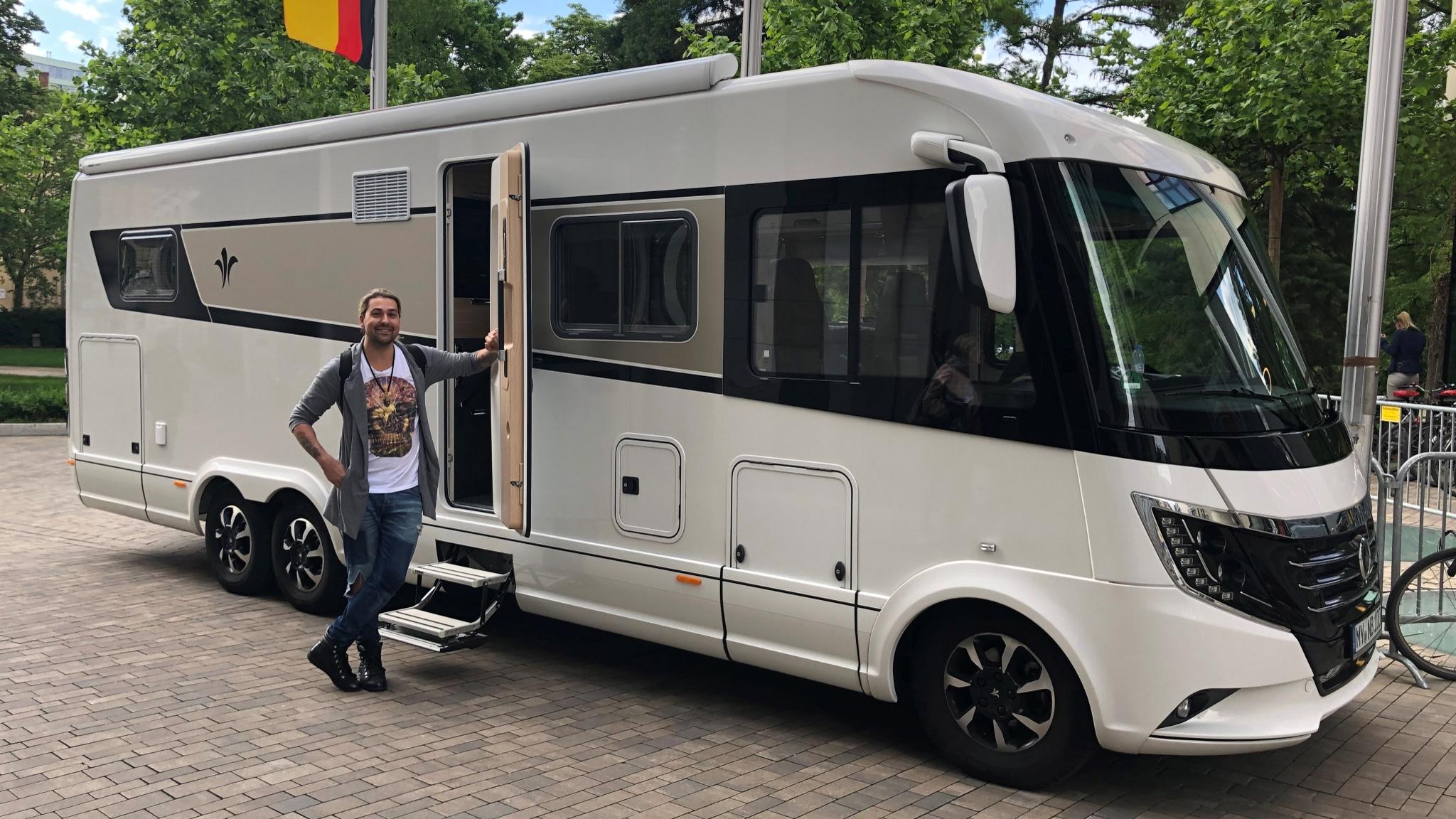 NIESMANN+BISCHOFF - David Garrett vor einem Niesmann+Bischoff Arto 88 B - Wohnmobil als Tourbus