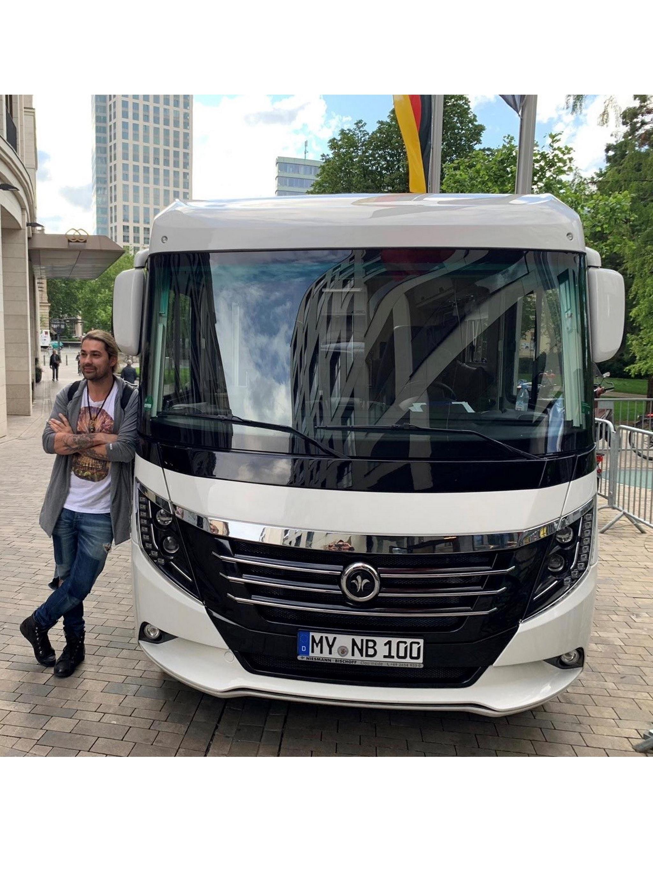 David Garrett vor einem Niesmann+Bischoff Arto 88B - Wohnmobil als Tourbus