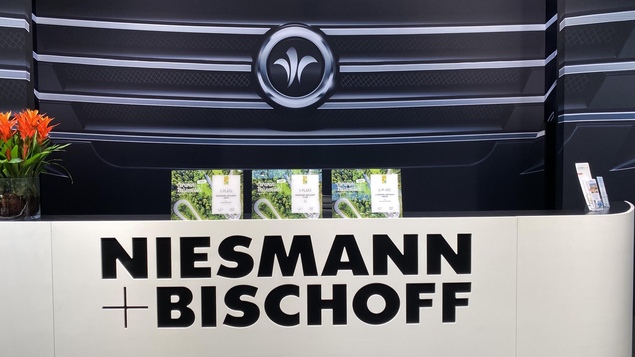 NIESMANN+BISCHOFF - Auszeichnung  - Reisemobil des Jahres 2020 auf dem Messestand auf der CMT in Stuttgart